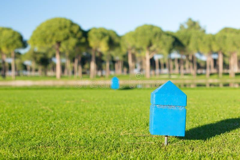 Markör på en teeing jordning av en golfbana arkivbild