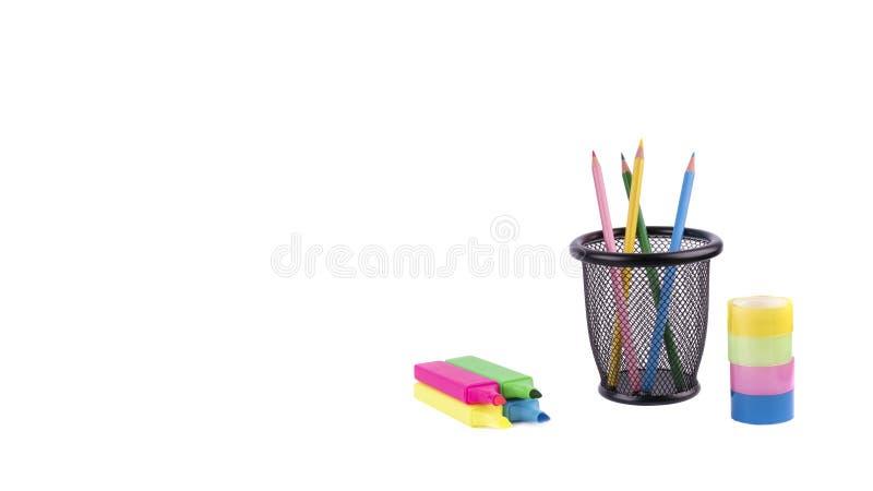 Markörer och annan färgrik kontorsbrevpappercloseup på vit royaltyfri foto