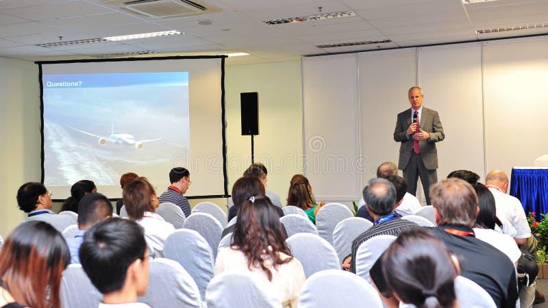 Mark Jenks, Ondervoorzitter van Boeing 787 ontwikkelingsprogramma die bij persconferentie in Singapore Airshow 2012 spreken royalty-vrije stock afbeelding