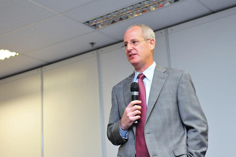 Mark Jenks, vicepresidente del programma di sviluppo di Boeing 787 che parla alla conferenza stampa a Singapore Airshow 2012 fotografie stock