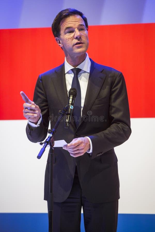 Mark Rutte trzyma mowę przed Holenderską flaga zdjęcie stock