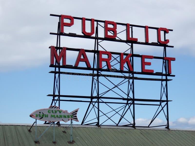 Marke público do lugar de Pike e sinais de néon do mercado de peixes da cidade na parte superior o fotografia de stock