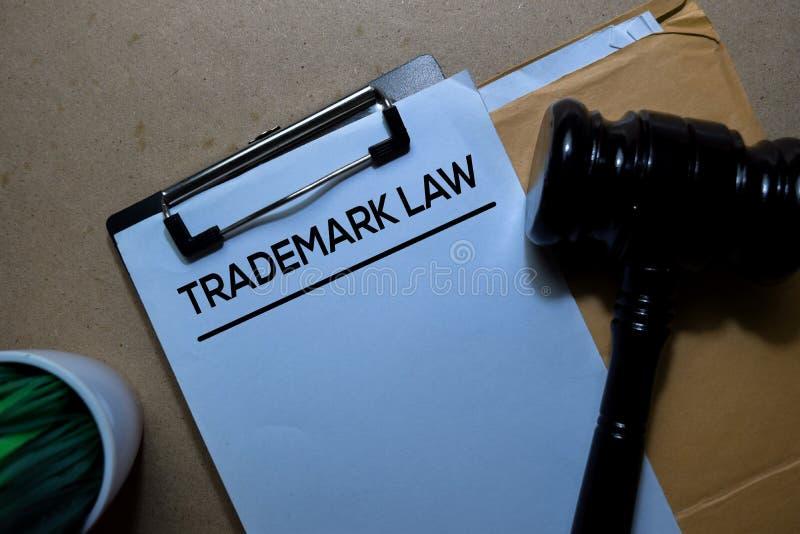Markengesetz über braunen Briefumschlag und Richter Justizielles und rechtliches Konzept lizenzfreie stockbilder
