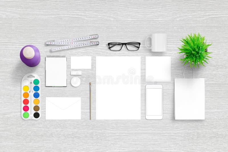 Markenidentitäts-Portfoliodarstellung Draufsichtszene mit, leeres Briefpapier lizenzfreie stockbilder