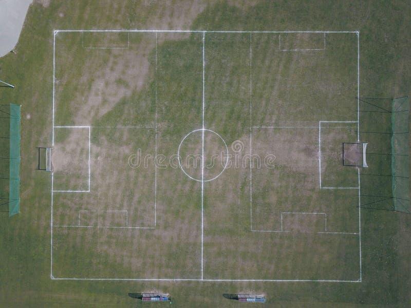 Markera ett grönt konstgjort fotbollfält med en gräsräkning i stadsstadion Stället för att föra konkurrenser och sporti arkivfoto