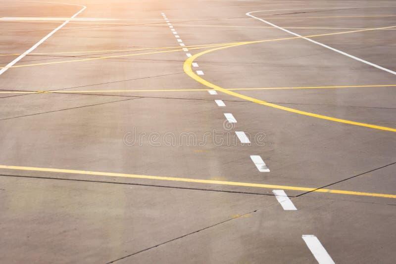 Markera för jordtrans. på flygplatsförklädet bland taxiways arkivbild