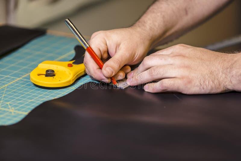 Markera läder för att klippa med den roterande skäraren royaltyfria foton