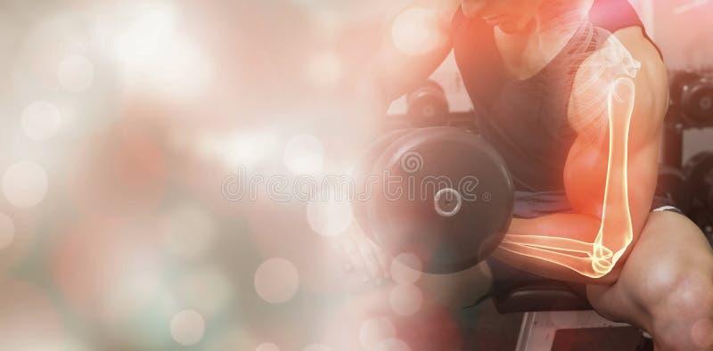 Markerad arm av lyftande vikter för stark man arkivfoto
