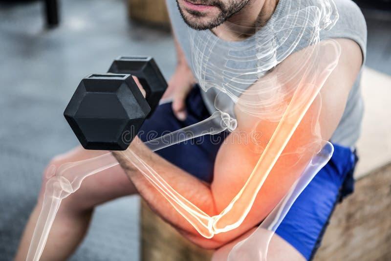 Markerad arm av lyftande vikter för stark man på idrottshallen arkivfoton