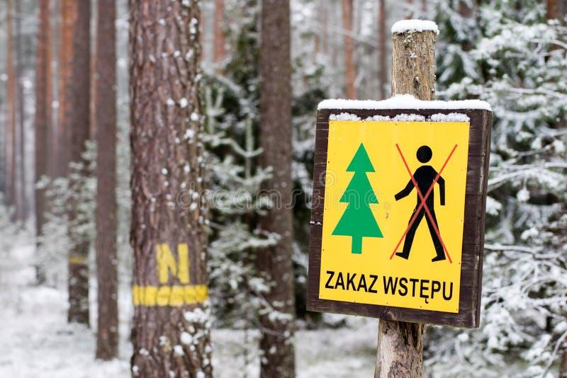 Markering av skogsbrukservice i fältet Förbjuda för tecken som är ent fotografering för bildbyråer