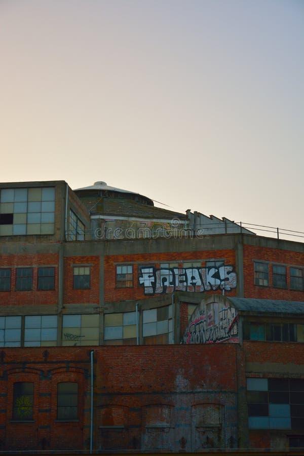 Markering: freaks bij het vallen van de avond op een verlaten gebouw stock foto's