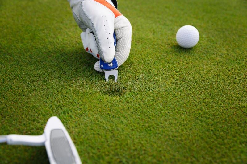 Markeringsgolfbollposition på gräsplanen Fokus på markör arkivfoto