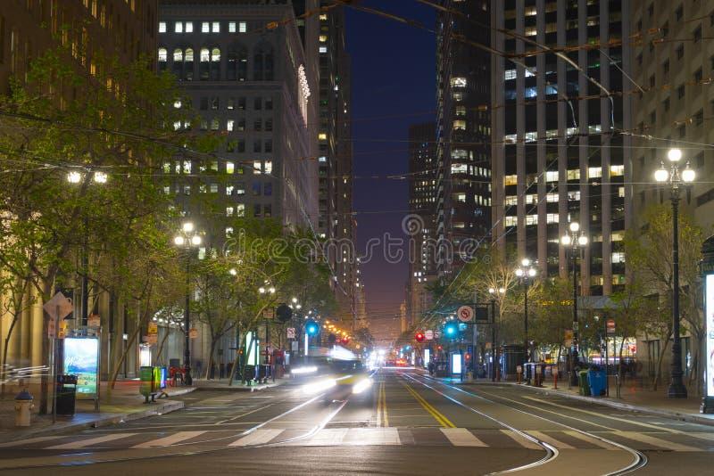 Market Street con él es líneas y rascacielos de la tranvía en la oscuridad en San Fransisco, los E.E.U.U. imágenes de archivo libres de regalías