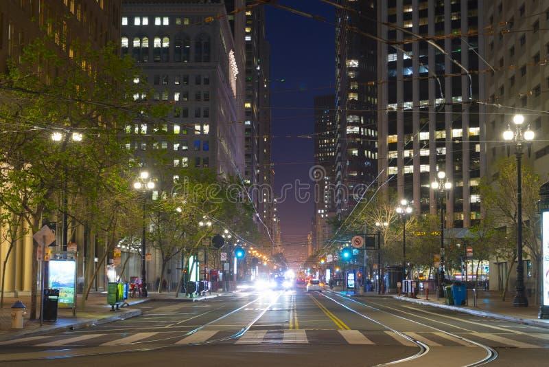 Market Street con él es líneas y rascacielos de la tranvía en la oscuridad en San Fransisco, los E.E.U.U. imagen de archivo