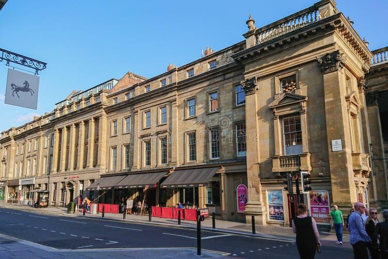 Market Street en Newcastle sobre Tyne, Inglaterra, con el café de la calle y el teatro reales foto de archivo libre de regalías