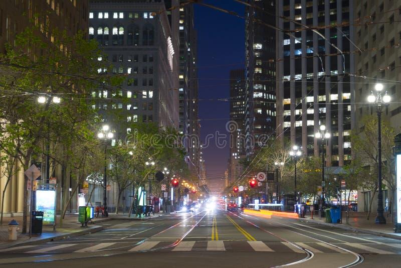 Market Street mit ihm ist Tramlinien und -wolkenkratzer an der Dämmerung in San Fransisco, US lizenzfreie stockfotos