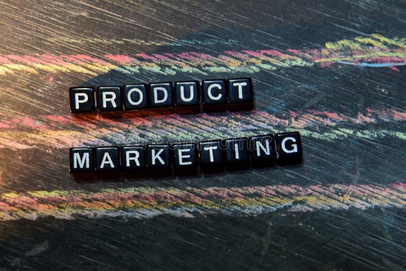 Marketing de produto em blocos de madeira Imagem processada transversal com fundo do quadro-negro imagem de stock