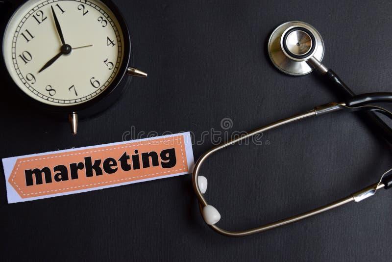 Marketing op het document met de Inspiratie van het Gezondheidszorgconcept wekker, Zwarte stethoscoop stock afbeelding