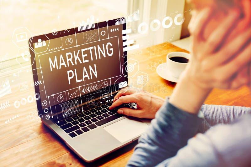 Marketing plan met de mens die laptop met behulp van stock afbeeldingen