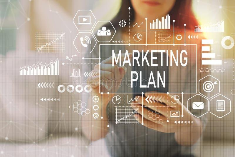 Marketing plan met vrouw die een smartphone gebruiken stock fotografie