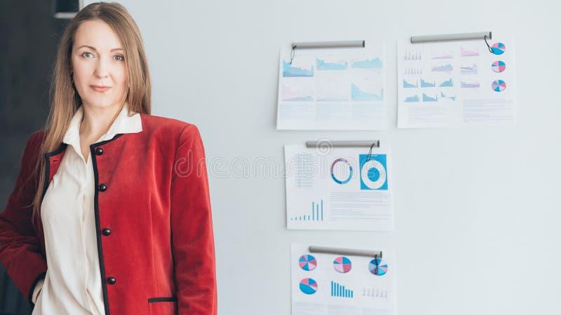 Marketing presentatie bedrijfsvrouweninfographics royalty-vrije stock foto