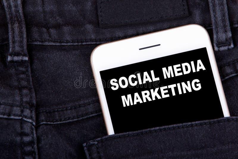 marketingowy medialny socjalny Smartphone w cajg kieszeni Technologia biznes i kampania reklamowa rozwoju tło zdjęcie royalty free
