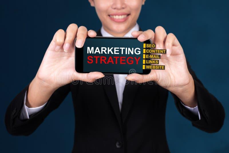 Marketingstrategiekonzept, glücklicher Geschäftsfrau Show-Textmarkt stockfotos