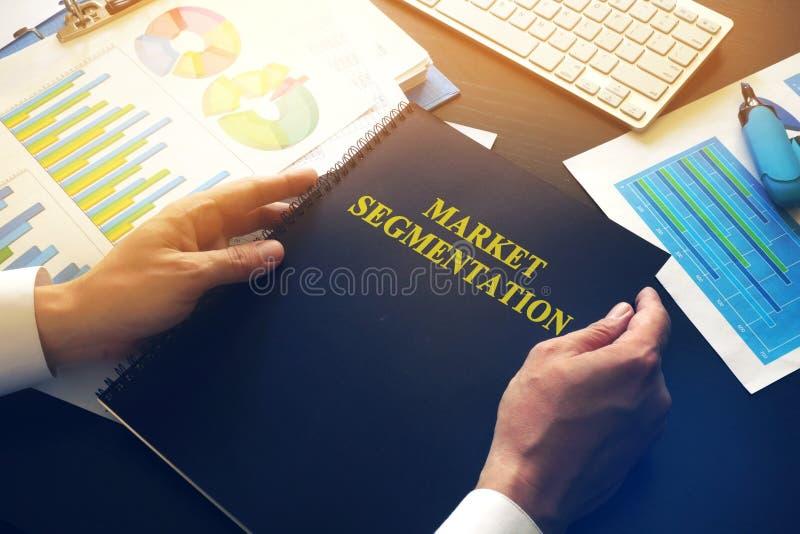 Marketologist que toma a segmentação do mercado do livro imagens de stock