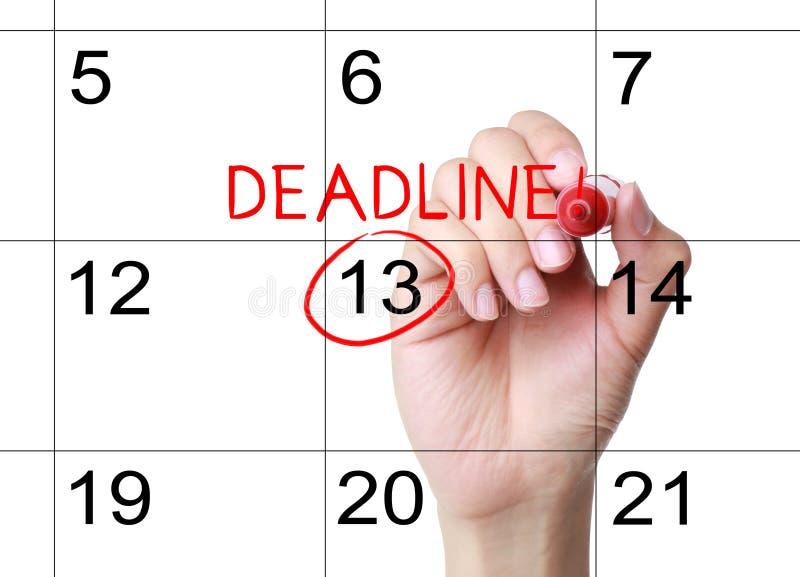 Markieren Sie die Frist auf dem Kalender stockbild