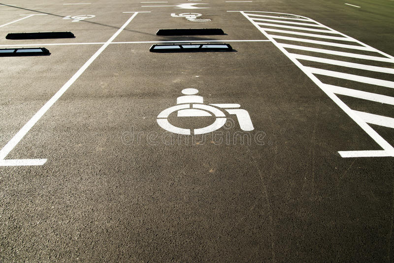 Markierungen auf dem Asphalt, der einen Parkplatz für Leute anzeigt lizenzfreies stockfoto