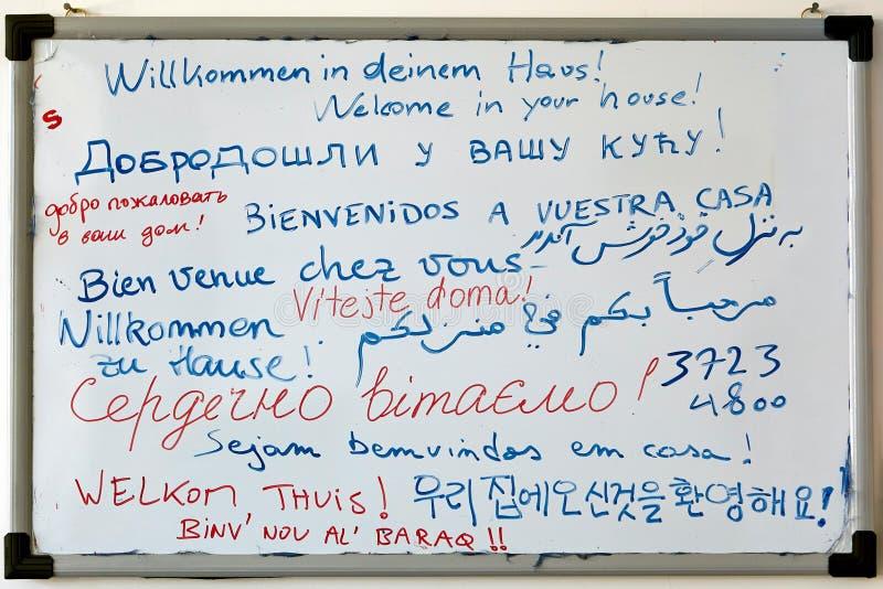 Markierungsbrett von der Herberge mit mehrsprachigem Willkommen für Gäste, I lizenzfreies stockfoto