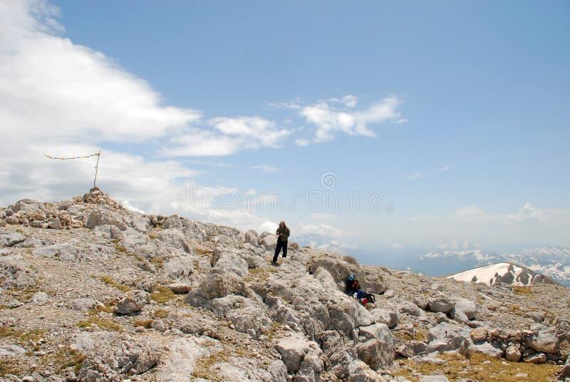 Download Markierungsfahne - Gebirgsspitze Stockfoto - Bild von leute, flut: 12203276