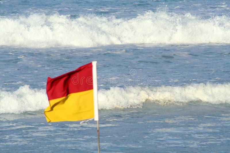 Markierungsfahne u. Wellen lizenzfreies stockfoto
