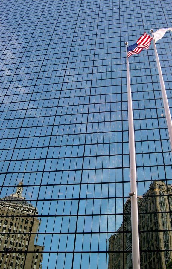 Markierungsfahne Und Gebäude Lizenzfreie Stockfotos