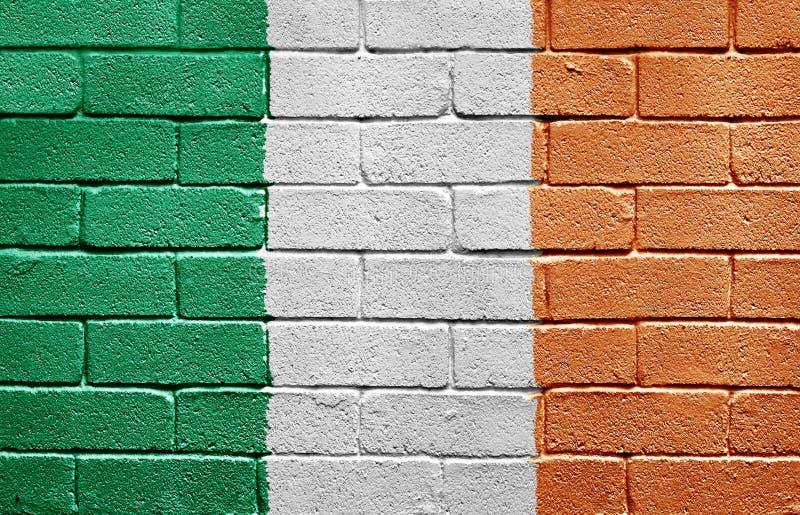 Markierungsfahne von Irland auf Backsteinmauer lizenzfreie stockbilder