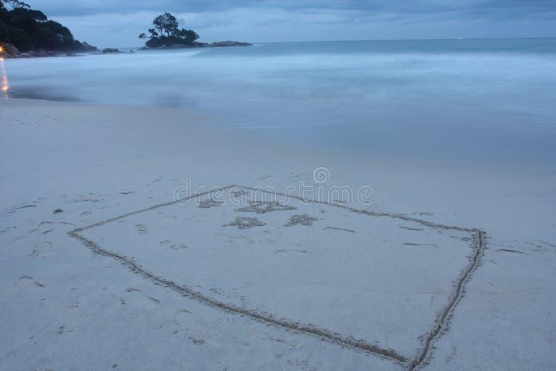 Markierungsfahne zeichnete auf Strand stockbilder
