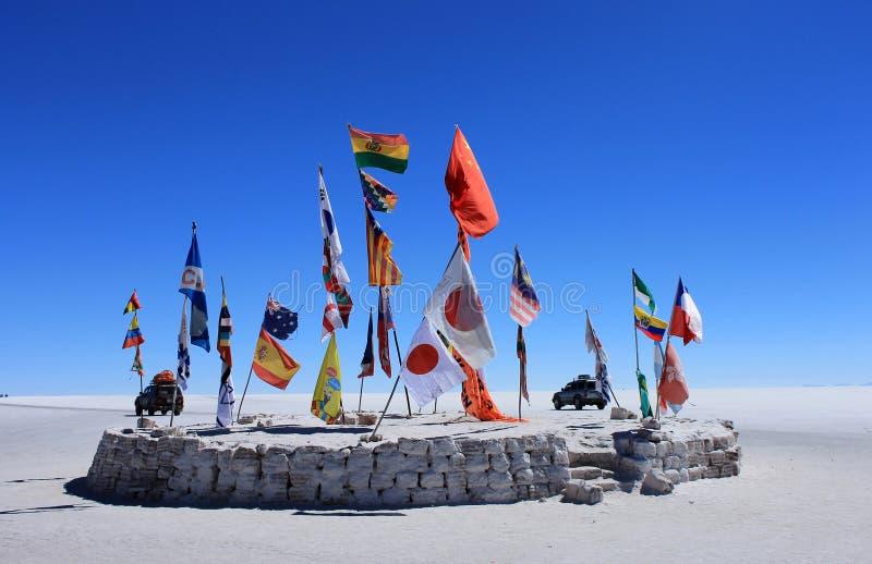 Markierungsfahnen in der Wüste von Uyuni lizenzfreies stockbild