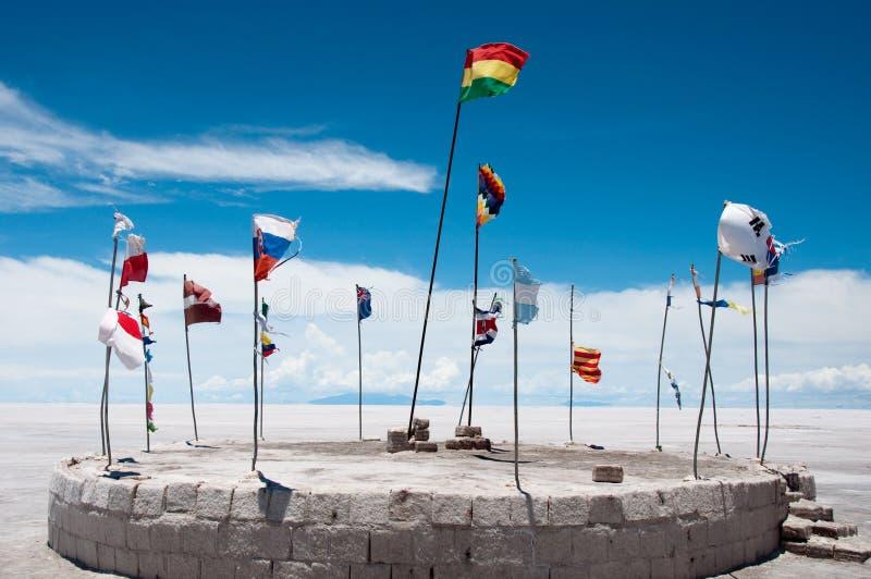 Markierungsfahnen im Salzhotel, Uyuni (Bolivien) stockfoto