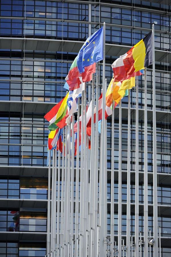 Markierungsfahnen vor dem EU-Parlament stockbild