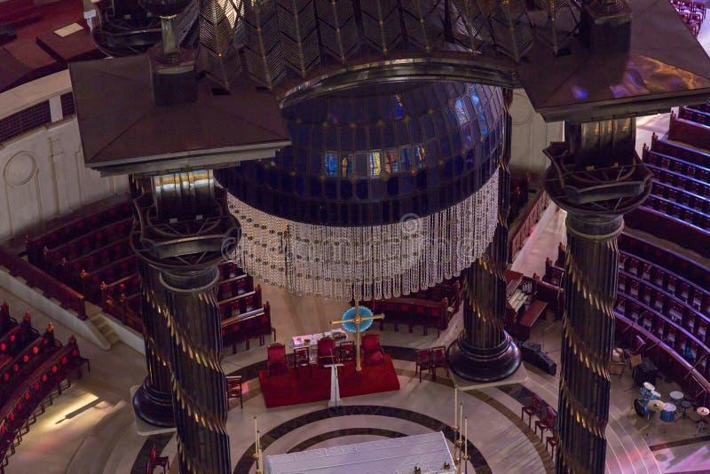 Markisen och ljuskronan över det huvudsakliga altaret av basilikan av vår dam av fred royaltyfri bild