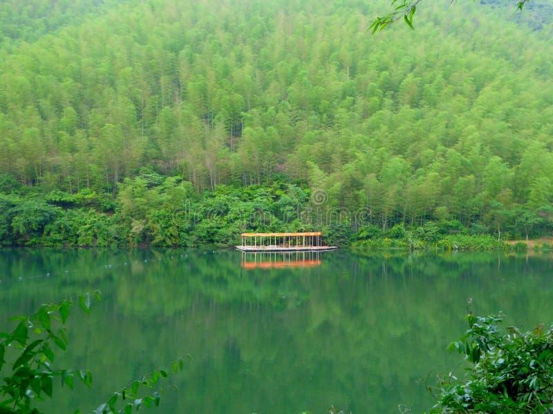 Markiser för en rad i mitt av sjön och berg royaltyfria foton