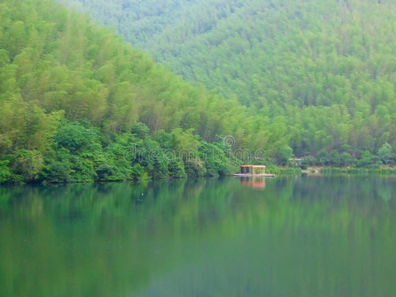 Markiser för en rad i mitt av sjön och berg royaltyfri foto