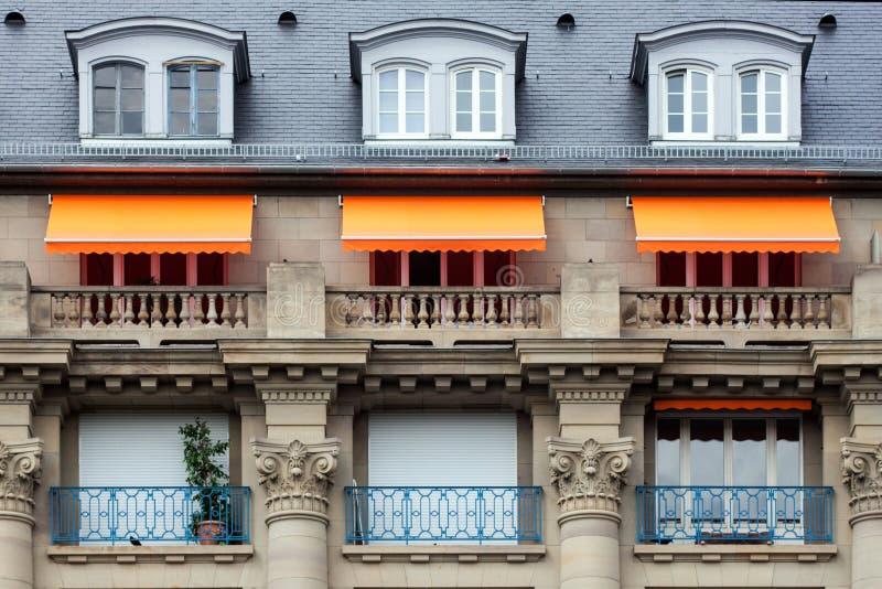 Markiser på balkongerna fotografering för bildbyråer