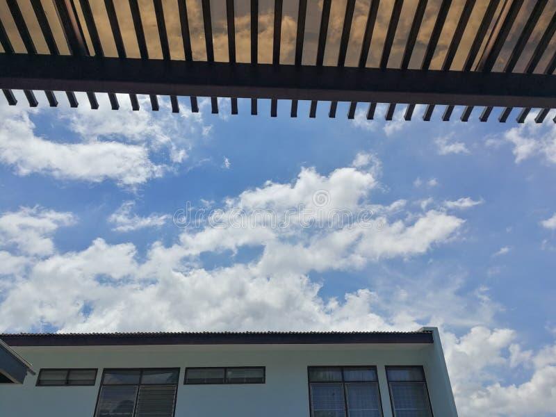 Markizy i nieba na tle zdjęcia stock
