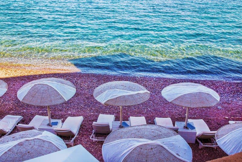 Markizy i plażowi krzesła na plaży zdjęcia stock