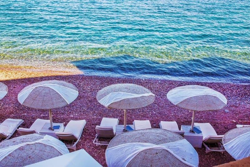 Markizy i plażowi krzesła na plaży fotografia royalty free