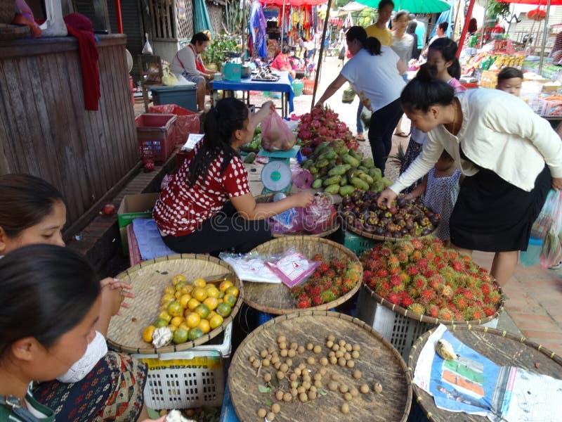 Marknad för öppen luft, Luang Prabang, Laos arkivfoton