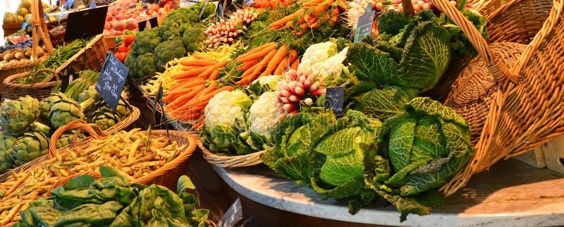 Marknad för bonde` s med grönsaker och frukter i Rouen, Frankrike arkivbilder