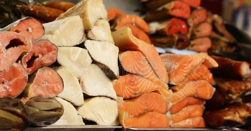 Marknad för bonde` s - sortimentfisken saltade och rökte rött och vitt royaltyfri foto