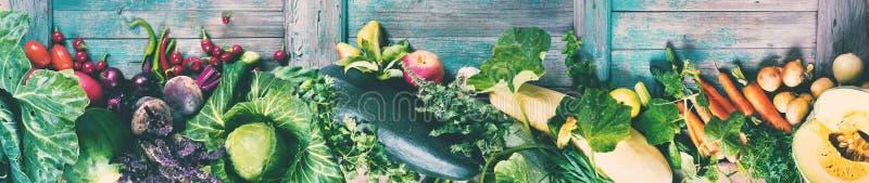 Marknad för grönsaker för banersortiment ny organisk arkivfoto